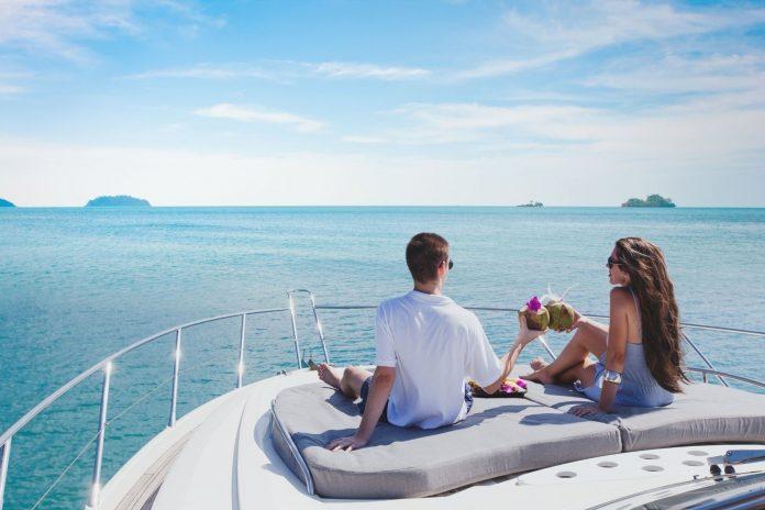 couple en vacance sur un bateau