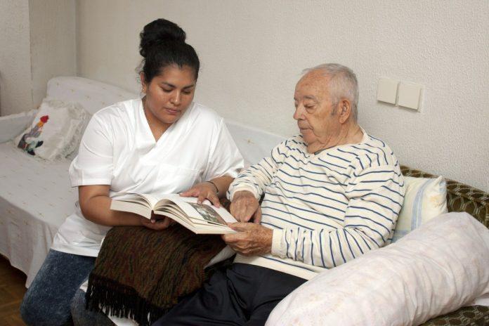 prendre soin d'une personne âgée à domicile