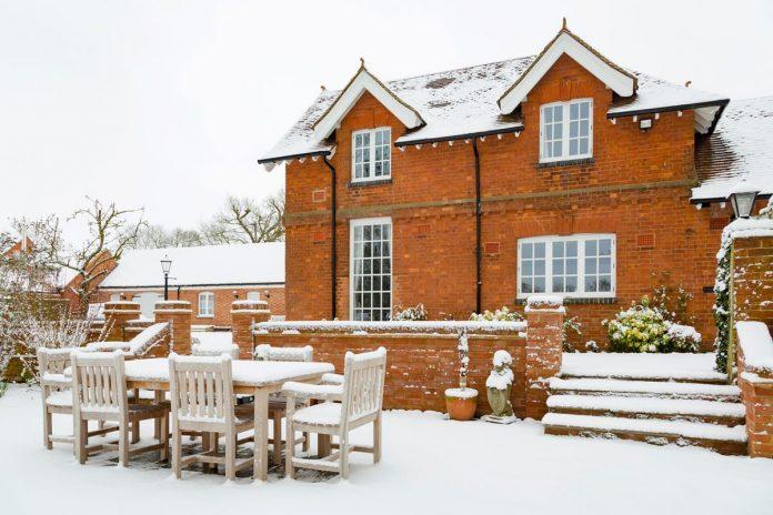 meubles de jardin à l'hiver